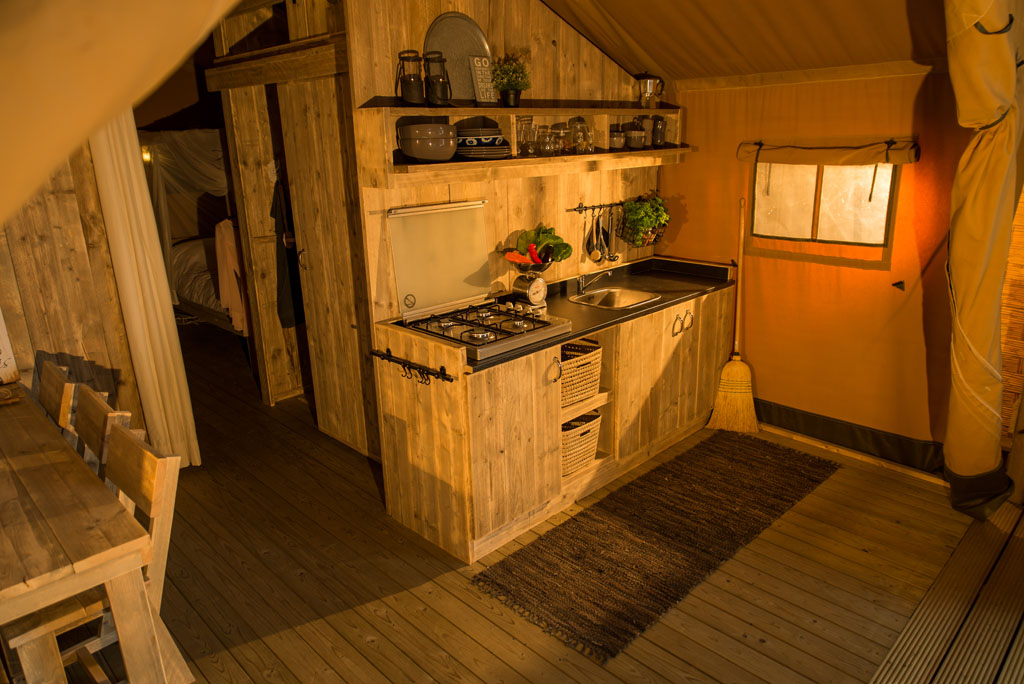 Safaritent Keuken met 4pits gasstel in uitgebreide inventaris van Glamping4all