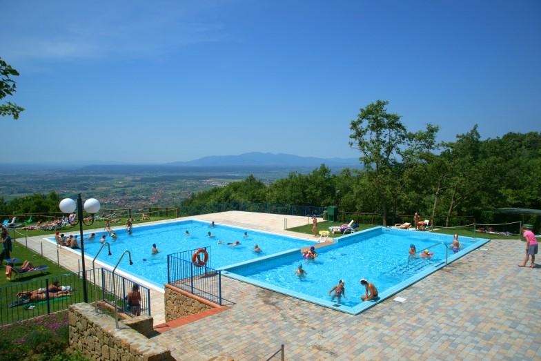 Zwembad met uitzicht over de Toscaanse heuvels op camping Barco Reale