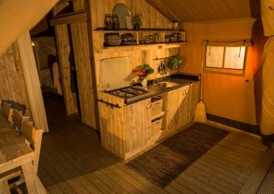 Safaritent Keuken met 4pits gasstel in uitgebreide inventaris