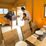 Safaritent eettafel en keuken