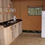De keuken van de safaritent van Camping Barco Reale