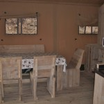 De woonkamer van de safaritent op camping Barco Reale