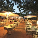 Restaurant by night op camping Cypsela Resort te Spanje
