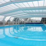 Het overdekte zwembad met overkapping van camping Le Kernest