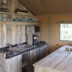 keuken met magnetron in Safaritent bij Ecolodge
