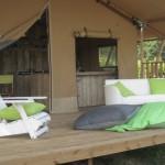 Safaritent met loungebank en stoel bij Ecolodge van Glamping4all