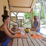 Het terras van safaritent op Camping Malibu Beach