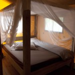 Het hemelbed van de safaritenten op Camping Malibu Beach