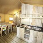Camping Le Plein Air des Chenes de safaritent met keuken en woonkamer