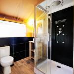 Safaritent van Glamping4all met luxe badkamer