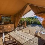 Safaritent woonkamer met eettafel en airco