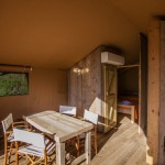 Safaritent 5 persoons woonkamer met eettafel en airco