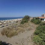 Strand met ligstoelen bij camping Capalbio