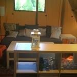 Vieux Moulin Safaritent Keukenkast en woonkamer