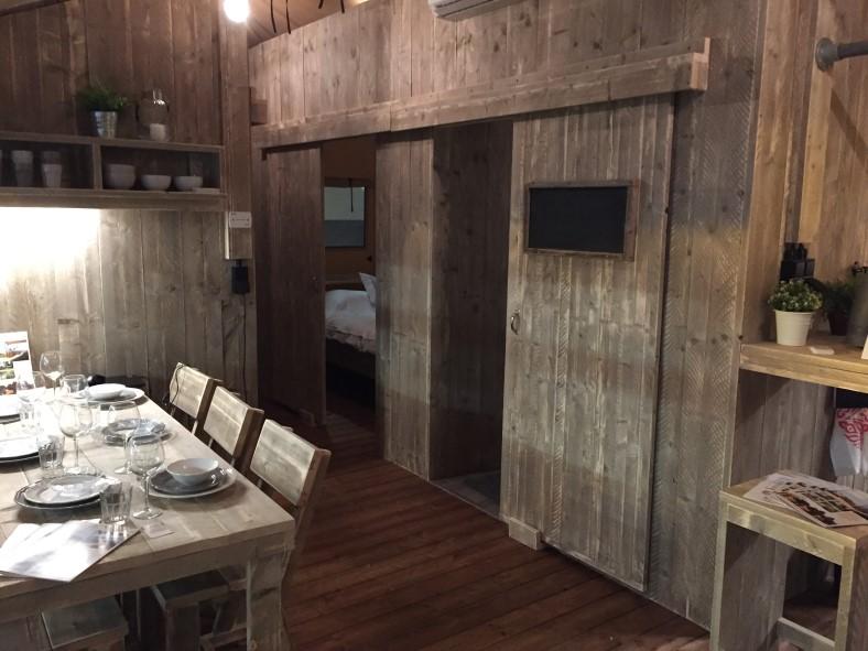 Luxury lodge tent eetkamer, slaapkamer en entree badkamer