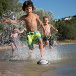Dordogne Lac du Causse spelende kinderen bij strand