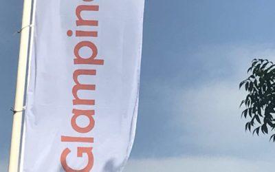 Vlag Glamping4all kantoor gehesen