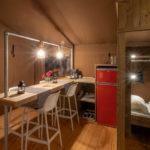 Desert Lodge bar en binnenkeuken met grote koelkast