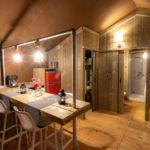 Desert Lodge woonkamer met hemelbed