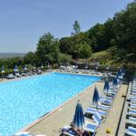 Glamping Resort Vallicella zwembad met ligbedden
