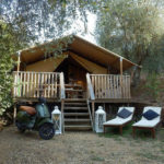 Glamping Resort Vallicella Safari lodge buiten met ligstoelen