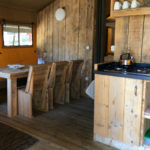 Glamping Resort Vallicella lodge keuken en eethoek