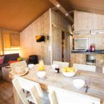 Safarizelt 8 Personen Wohnzimmer mit Lounge Ecke