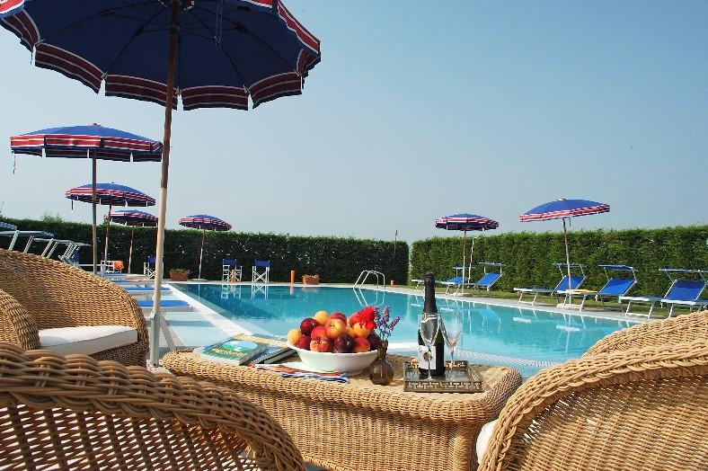 zwembad bij Tenuta Regina met terras