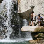 Zwemmen bij de waterval bij camping Les Rives du Lac