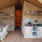 Interieur Safari tent met houten meubelen