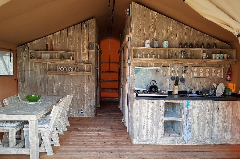 Safarizelt Küche und Wohnzimmer