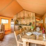 Les Alicourts Safaritent woonkamer en keuken
