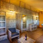 Tenuta Regina Lodge tent woonkamer en eetgedeelte