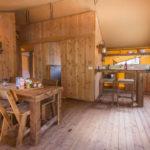 Dune Glamping woonkamer bar bij keuken