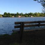 Bankje aan de oever van het meer van Village Flottant de Pressac