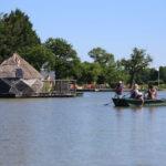 Roeien op het meer van Village Flottant de Pressac