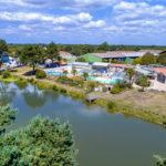 La Bretonnière - luchtfoto van meer en zwembaden