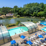 La Bretonnière - luchtfoto van zwembaden en meer