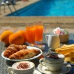 Ontbijt bij zwembad Delle Rose