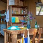 Eettafel en slaapkamer met stapelbed op de achtergrond