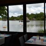 Uitzicht vanuit restaurant op Village Flottant de Pressac