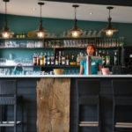 De bar van restaurant La Marina op Village Flottant de Pressac