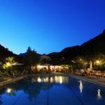 Delle Rose zwembad en restaurant in de avond