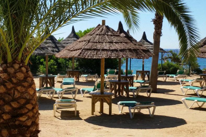 Cala Gogo -Ligbedden bij de bar en het strand