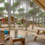 Uitzicht vanaf een safaritent op Cypsela Resort van Glamping4all
