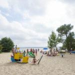Speeltuin van Le Col Vert op het strand bij het meer