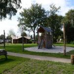 Lodges bij speeltuin op Vakantiepark De Pier