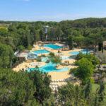 Luchtfoto zwembaden en sportveld Le Plein Air des Chênes