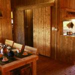 Glamping Alcantara eettafel en keuken