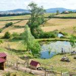 Village des Meuniers, vijver en dierenweide bij de camping